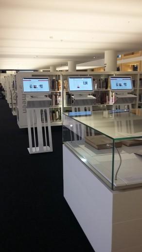 estanterías y ordenadores