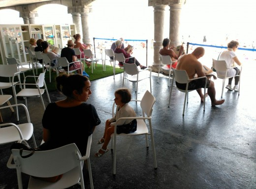 Eguzkitekan irakurtzen- Leyendo en la biblioteca de la Playa de la Concha