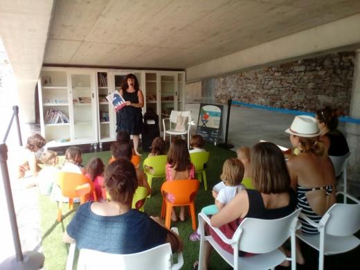 Cuenta cuentos en la bilbioteca de la Playa de la Concha